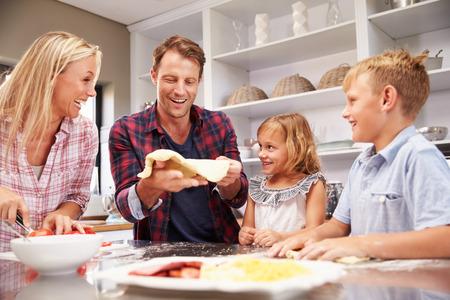 convivencia familiar: Familia que hace la pizza juntos Foto de archivo