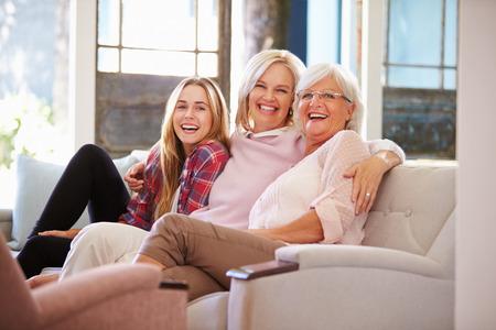 Grootmoeder met Moeder en volwassen dochter ontspannen op de bank