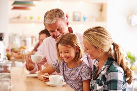 Familia feliz en un café