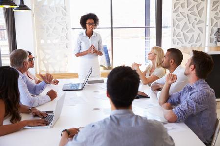 D'affaires présentant à ses collègues lors d'une réunion Banque d'images