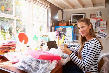 femme assise: Woman Running petite entreprise � domicile Bureau