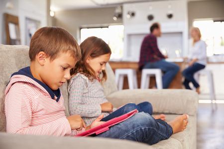 大人を楽しませる、新しい技術で遊ぶ子供たち