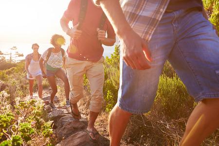 parejas caminando: Grupo de amigos que recorren a lo largo camino costero Juntos