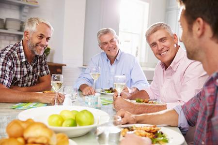 grupo de hombres: Grupo de amigos que gozan del sexo masculino maduro comida en el país Foto de archivo
