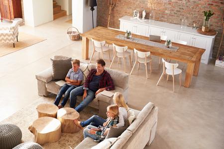 mujer viendo tv: Familia viendo la televisi�n juntos