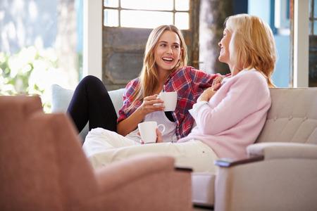 Mãe madura com a filha adulta que relaxa no sofá em casa Foto de archivo - 41402382