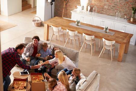 familias unidas: Dos familias que pasan tiempo juntos en casa Foto de archivo