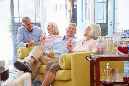 友人のグループは家でリラックス ラウンジでは、冷たい飲み物