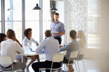 ejecutivos: Colegas en una reunión de oficina