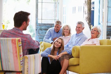 familias felices: Extendido del grupo de la familia en el país Relajación En Salón