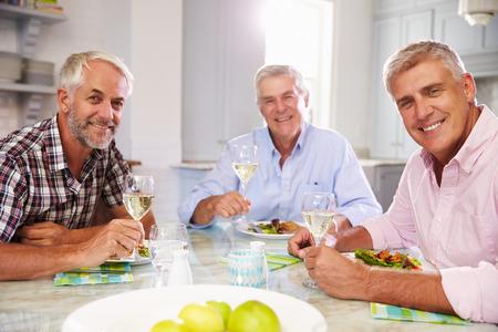 hombres maduros: Retrato de maduro Hombre Amigos disfruta de la comida en casa Foto de archivo