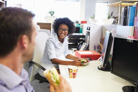 almuerzo: Dos colegas que tienen un almuerzo en el trabajo