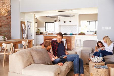 familia abrazo: Familia pasar tiempo juntos en casa Foto de archivo