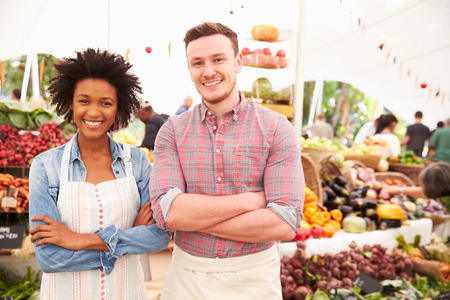 Couple Running Stall At Farmers Fresh Food Market Stockfoto