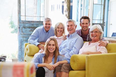amigos hablando: Extendido del grupo de la familia en el país Relajación En Salón