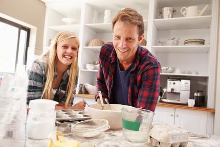 padre e hija: Padre e hija que hacen una torta juntos