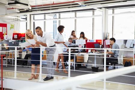 trabajando: El personal que trabaja en una oficina ocupada entrepiso