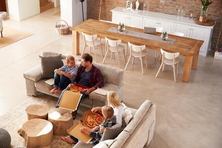 mujer viendo tv: Viendo la televisión y comiendo pizza Familia