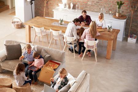 familia cenando: Dos familias que pasan tiempo juntos en casa Foto de archivo