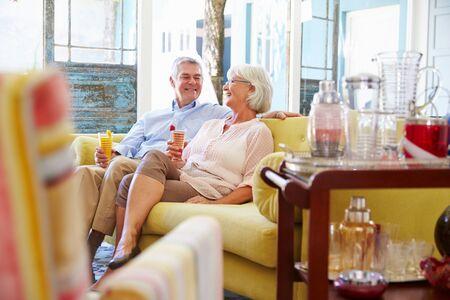 bebidas frias: Pareja mayor en el pa�s que se relaja en sal�n con bebidas fr�as