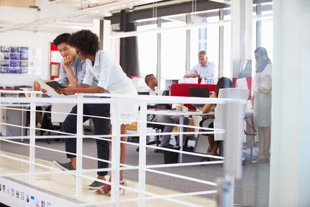 empleado de oficina: El personal que trabaja en una oficina ocupada entrepiso