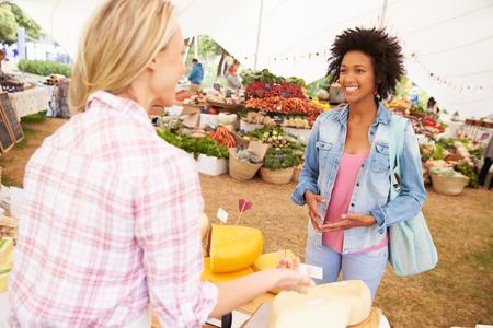 negras africanas: Mujer que vende queso fresco en el mercado los agricultores de alimentos