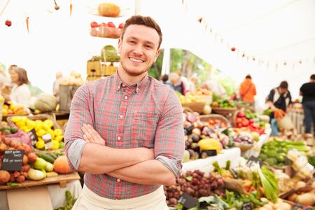 Man Stall Holder Op Farmers Fresh Food Market Stockfoto