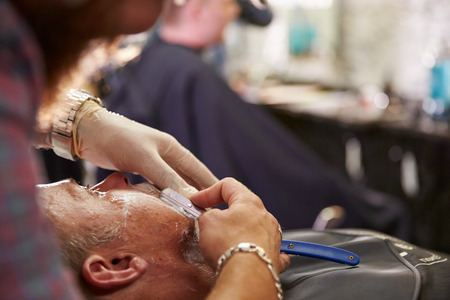 peluquero: Peluquer�a afeitar Cliente Con Cut Throat Razor Foto de archivo