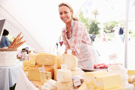 Woman Selling Fresh Cheese At Farmers Food Market Zdjęcie Seryjne