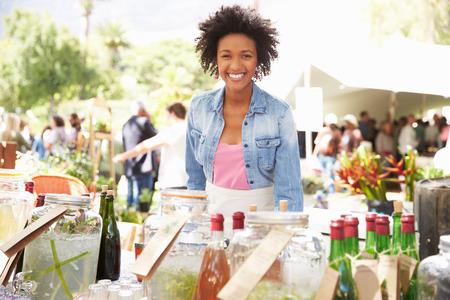 Vrouw Verkopende Frisdranken Op Farmers Market Stall