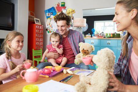 kinder spielen: Eltern Playing Game Mit Kindern Und Spielzeug im Schlafzimmer
