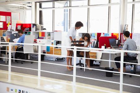 Personeel dat werkt in een druk kantoor mezzanine