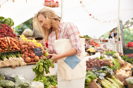 verduras: Mujer cliente Cesta En Stall Farmers Market