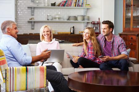Ouders Met Volwassen nageslacht Met behulp van digitale apparaten thuis