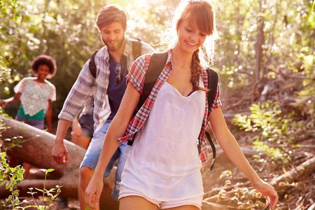 Grupo de amigos en caminata a través del campo Juntos Foto de archivo