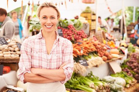 mujeres felices: Mujer Holder Puesto En El Mercado de Agricultores Fresh Food