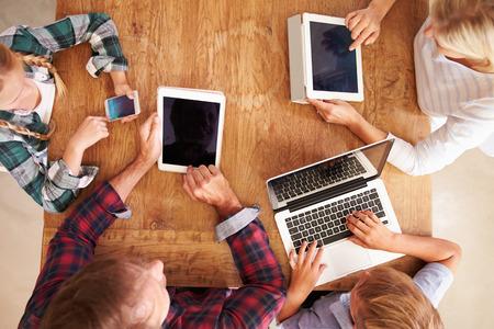 famille: Famille utilisant la nouvelle technologie, vue de dessus