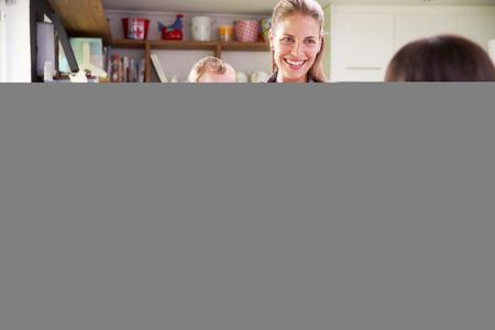 padres hablando con hijos: Madre Con Hija joven que habla con el amigo en la cocina