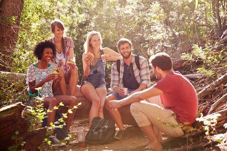 Group Of Friends Breaking For Lunch On Countryside Walk Reklamní fotografie