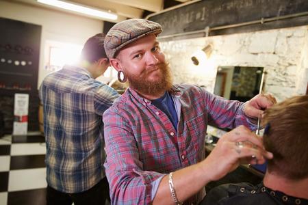 peluquero: Retrato De Hombre Peluquer�a Dar Haircut Cliente En Departamento