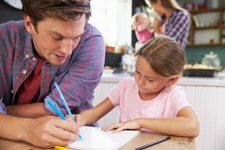 convivencia familiar: Padre Hija de ayuda para dibujar imágenes en el vector de cocina