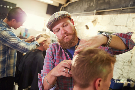 barbero: Hombre Peluquer�a Dar Haircut Cliente En Departamento