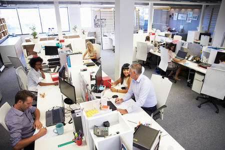 trabajo oficina: Las personas que trabajan en una oficina ocupada