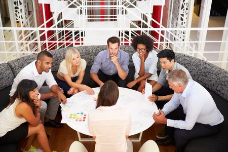 Grupo de compañeros de trabajo que tienen reunión en un pasillo de la oficina Foto de archivo - 41461776