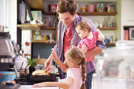 ayudando: Hija de ayuda Padre para cocinar la comida en cocina