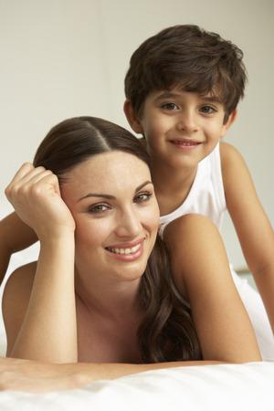 madre e hijo: Madre e hijo se relaja en cama