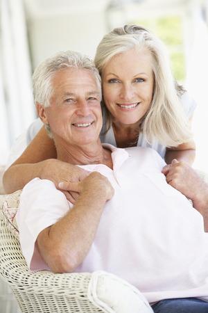 ancianos felices: Senior pareja relajarse juntos Foto de archivo