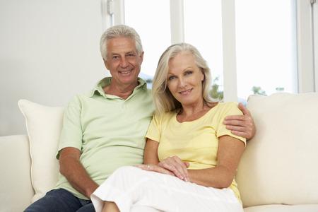 ancianos felices: Pareja mayor que se relaja en el sofá en el país junto