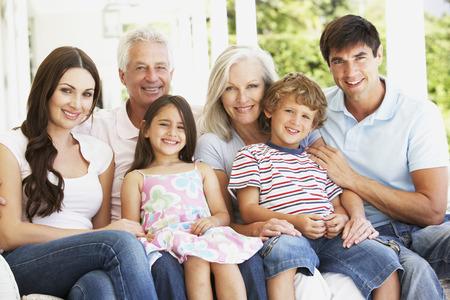 familias unidas: Familia Extendend sentado en el jardín
