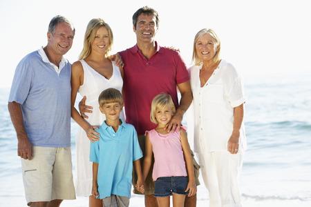ビーチでの休暇の 3 世代家族の肖像画 報道画像